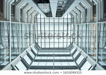 Widoku wnętrza współczesny biurowiec w górę szkła Zdjęcia stock © pressmaster