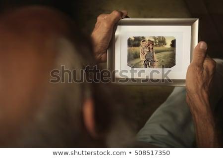 senior · mulher · olhando · fotos · feliz · casa - foto stock © Edbockstock
