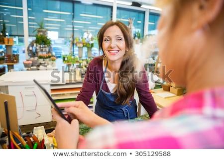 mujer · sonriente · florista · ramo · flores · cliente - foto stock © candyboxphoto