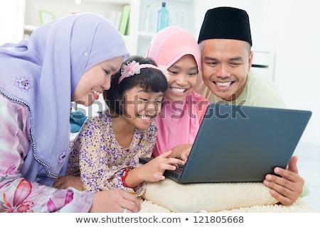 Dziewczyna Bliskiego Wschodu Leżącego Na Podłodze Za Pomocą Laptopa Zdjęcia stock © szefei
