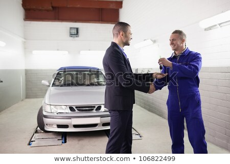 Szerelő mosolyog slusszkulcs férfi garázs autó Stock fotó © wavebreak_media