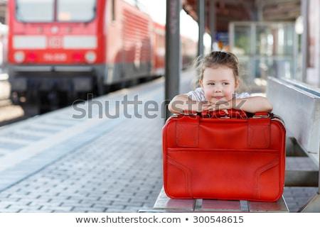 Glückliche Familie kleines Mädchen Bahnhof Frau Mann Sitzung Stock foto © Paha_L