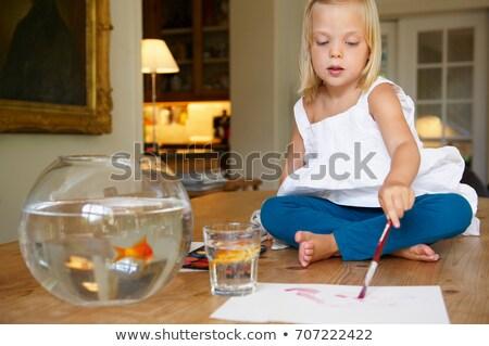 Ragazza tavola pittura Goldfish pesce bambino Foto d'archivio © IS2