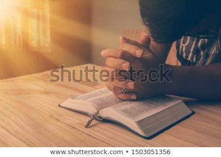 hombre · lectura · Biblia · rezando · iglesia - foto stock © stokkete
