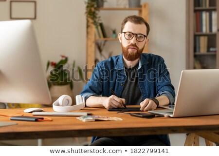 Giovani di successo indipendente designer seduta desk Foto d'archivio © pressmaster