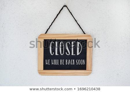Tekst gesloten Maakt een reservekopie spoedig teken schoolbord Stockfoto © nito