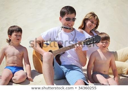 Facet okulary gitara warga akordeon posiedzenia Zdjęcia stock © Paha_L
