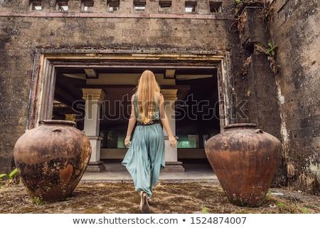 Nő turista elhagyatott titokzatos hotel Indonézia Stock fotó © galitskaya