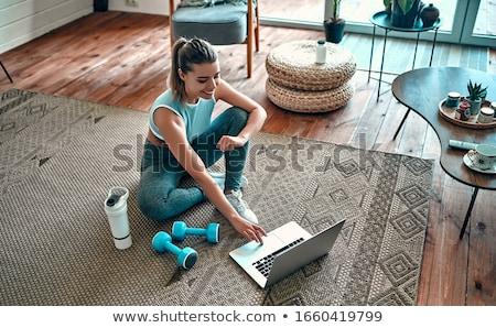 aranyos · fitnessz · nő · tart · súlyzók · testmozgás · kék - stock fotó © rob_stark