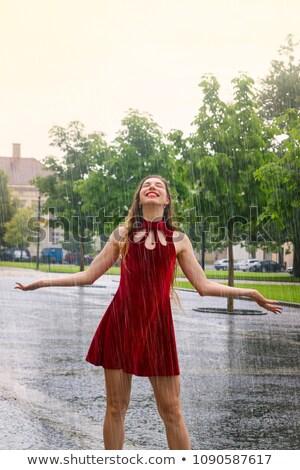 Фото мокрых в красном платье