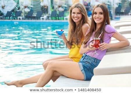 Glimlachende vrouw vergadering zwembad zomer resort glimlachend Stockfoto © deandrobot