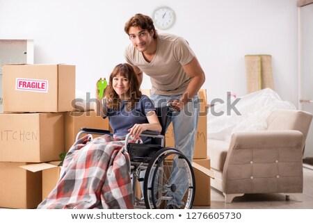 Echtgenoot gehandicapten vrouw bewegende nieuwe vrouw Stockfoto © Elnur
