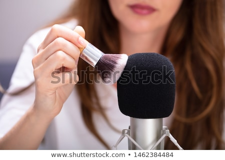 Mujer cepillo micrófono fondo oído Foto stock © AndreyPopov