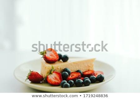 bolo · de · queijo · morangos · mirtilos · de · creme · branco - foto stock © doupix