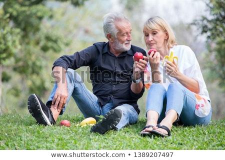 Stockfoto: Oude · vrouw · eten · appel · portret · rode · appel