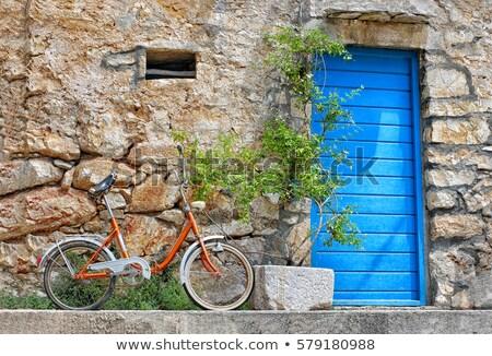 Eski paslı bağbozumu sarı bisiklet taş duvar Stok fotoğraf © mcherevan