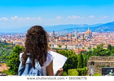 gyönyörű · barna · hajú · turista · nő · fiatal · okostelefon - stock fotó © lithian