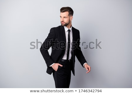 sério · atraente · barbudo · homem · em · pé · mãos - foto stock © feedough
