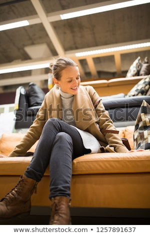 Bastante mulher jovem escolher direito cama moderno Foto stock © lightpoet