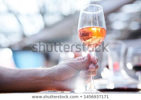 Menselijke hand witte wijn brandewijn drinken onderzoeken Stockfoto © pressmaster