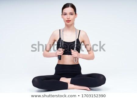 Fotografia młodych szczupły kobieta wykonywania skakanka Zdjęcia stock © deandrobot