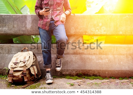 Genç ücretsiz maceraperest adam ayakta sokak Stok fotoğraf © stevanovicigor