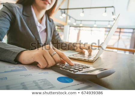Stockfoto: Zakenvrouw · calculator · jonge · vergadering · glimlachend