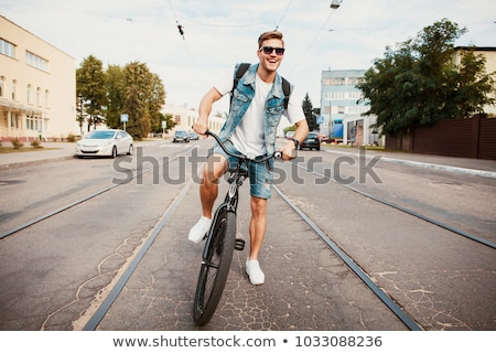 Férfi napszemüveg lovaglás bicikli figyelmeztetés fiatal Stock fotó © vlad_star