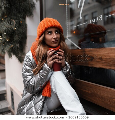 jovem · pensativo · mulher · vermelho · seis · tabela - foto stock © deandrobot