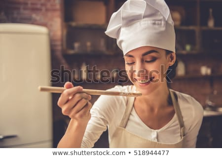 Souriant jeune femme chef Cook tablier permanent Photo stock © deandrobot