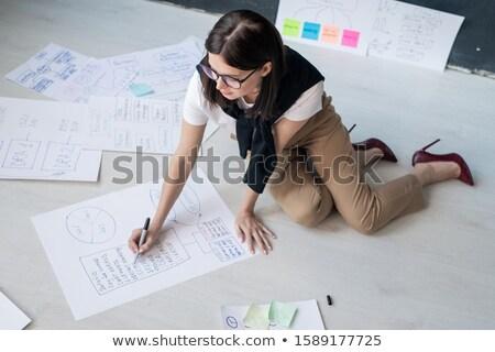 Młodych kobiet pośrednik smart przypadkowy posiedzenia Zdjęcia stock © pressmaster