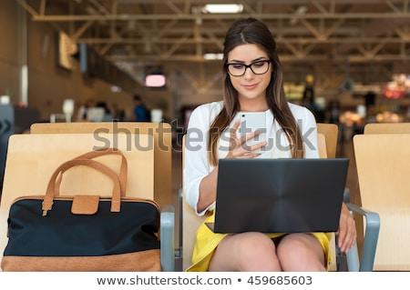 mujer · de · negocios · espera · estación · de · ferrocarril · mujer · teléfono · móviles - foto stock © hofmeester
