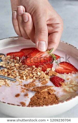Mano rebanadas fresa tazón naturales alimentos orgánicos Foto stock © artjazz