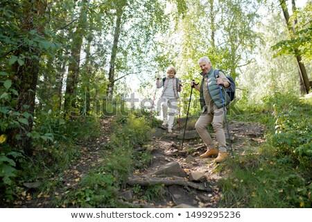 Volwassen man vrouw trekking bewegende beneden heuvel Stockfoto © pressmaster