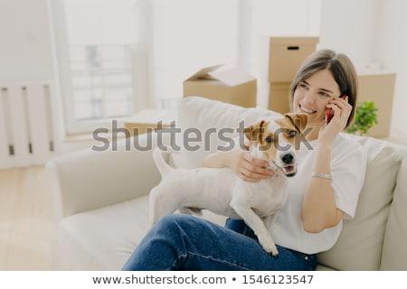 Vrolijk vrouw comfortabel sofa vriend smartphone Stockfoto © vkstudio