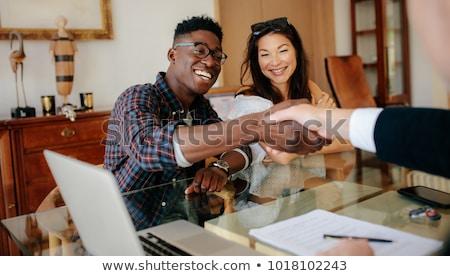 agente · immobiliare · firma · contratto · felice · piedi - foto d'archivio © rastudio