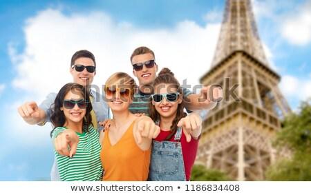 друзей указывая Эйфелева башня путешествия туризма лет Сток-фото © dolgachov