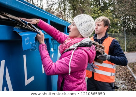 Mulher homem desperdiçar papel recipiente reciclagem Foto stock © Kzenon
