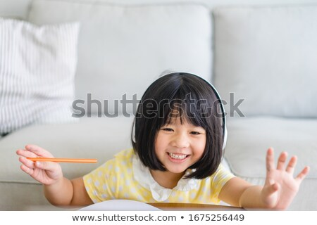 Chinês menina internet música fones de ouvido ouvir música Foto stock © darrinhenry