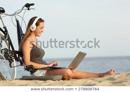 gülen · genç · kız · dizüstü · bilgisayar · açık · havada · dinleme · müzik - stok fotoğraf © HASLOO