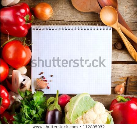 打開 · 筆記本 · 新鮮蔬菜 · 空的 · 菜譜 · 準備 - 商業照片 © m-studio