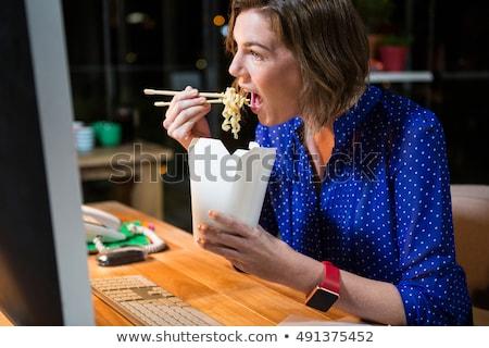 Zakenvrouw eten bureau kantoor computer Stockfoto © wavebreak_media