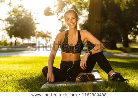 Sport vrouw park buitenshuis luisteren muziek Stockfoto © deandrobot