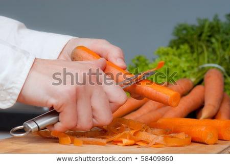 Cozinhar cenouras legumes cozinhar mulher mãos Foto stock © OleksandrO