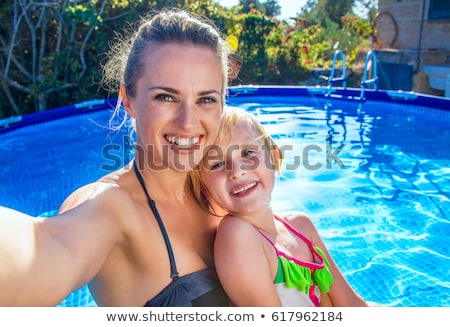 família · grande · fora · relaxante · piscina · mulher · família - foto stock © andreypopov