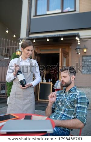 Serveerster tonen wijn klant tabel restaurant Stockfoto © wavebreak_media