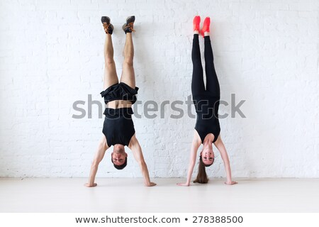 Handstand ściany siłowni kobieta fitness Zdjęcia stock © wavebreak_media
