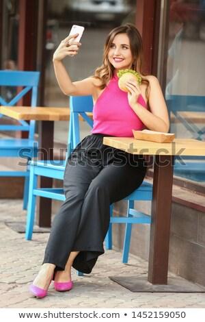 jeunes · femme · manger · hamburger · fille · heureux - photo stock © dashapetrenko