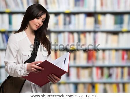 Portret jonge vrouw lezing boek boekenwinkel vrouwen Stockfoto © HighwayStarz