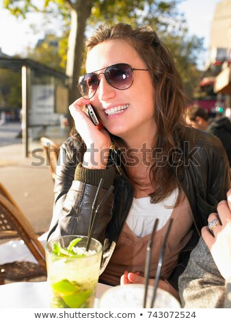 Vrouw telefoon terras restaurant reizen cafe cocktail Stockfoto © IS2